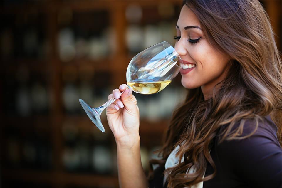 Mujer tomando vino de una copa