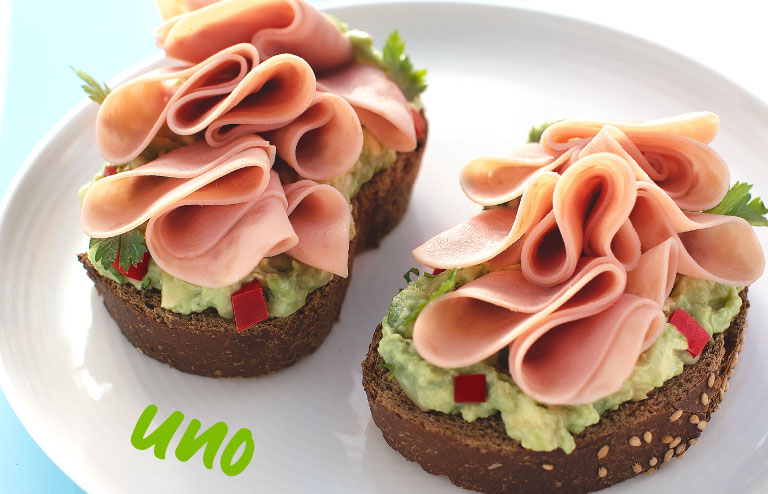 Toast con aguacate y jamón