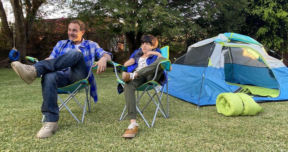 papá e hijo en campamento