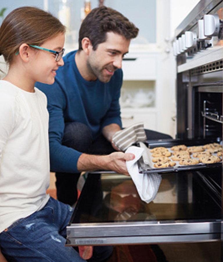 Padre e hija preparando galletas de matequilla