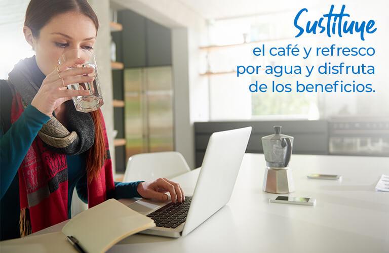 Sustituye el café y refresco por agua y disfruta de los beneficios.