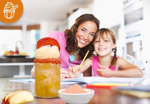 mamá e hija disfrutando una chamoyada