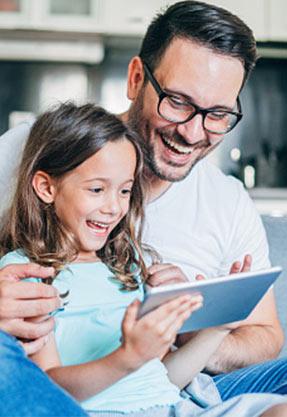 Papá e hija disfrutando de los beneficios de ser Socios