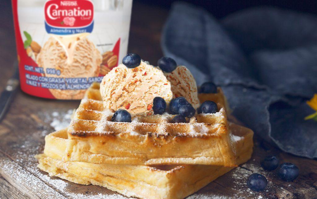 Waffle con helado y blueberry