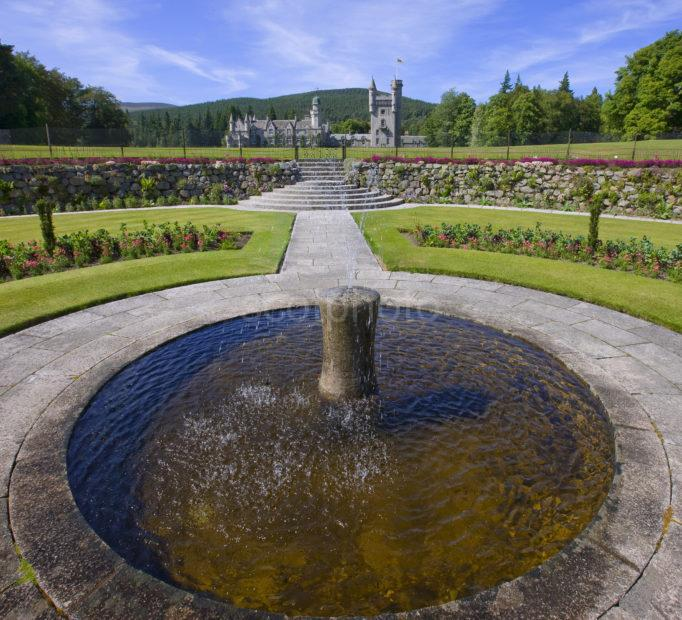 0I5D0094 Balmoral Castle From Fountain