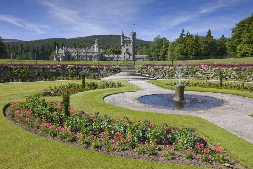 0I5D0089 Balmoral Castle From Garden Fountain