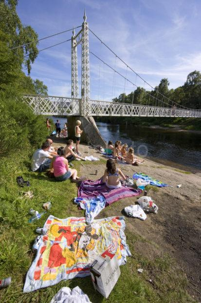 0I5D0147 Summer Picnic On River Dee At Cambus O Mey Bridge