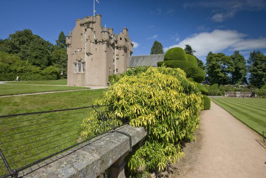 0I5D0029 Crathes Castle From Gardens