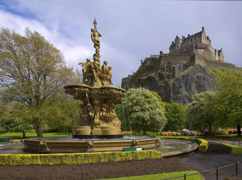 Y3Q9716 Castle And Fountain Edinburgh