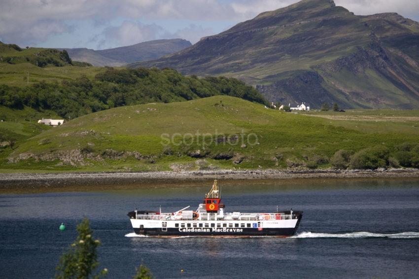 WY3Q8558 Raasay Ferry Approaches Sconser