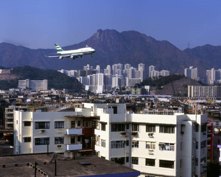 CATHAY PACIFIC 747 ON FINAL APPROACH TO KAI TAK