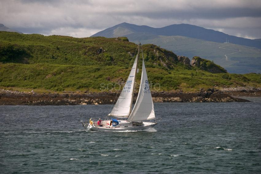 DSC 9202 YACHT SAILS PAST THE NORTH END OF KERRERA IN OBAN BAY