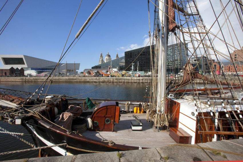 0I5D3246 SAILING SHIP ON LIVERPOOL SEAFRONT DOCK