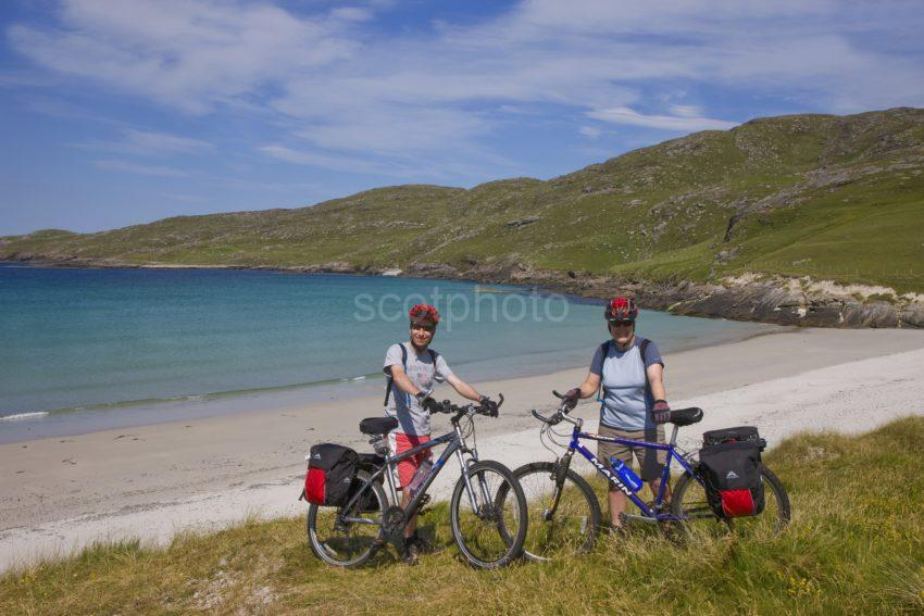 I5D9594 Cyclists Matt And Claudia On The Island Of Vatersay Outer Hebrides