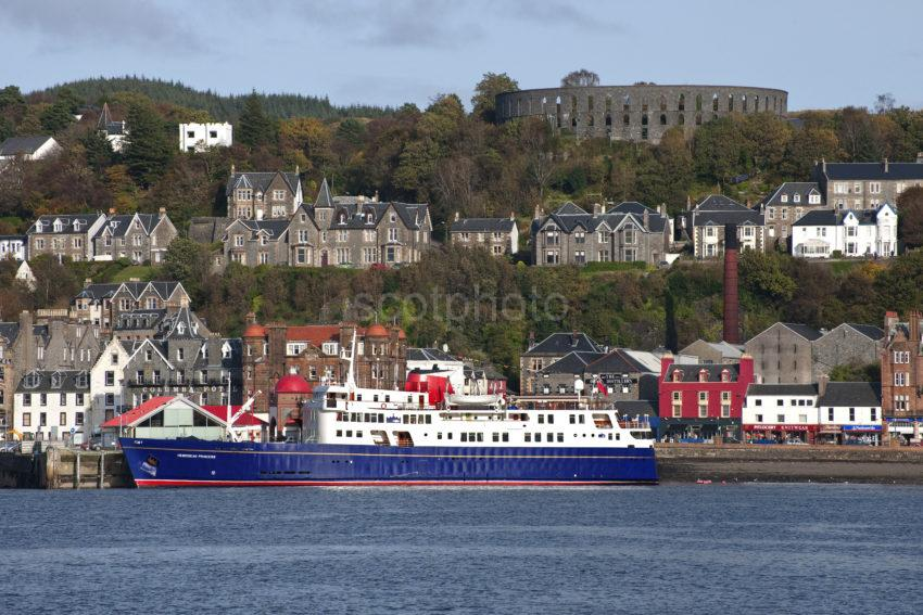 DSC 1920 Hebridean Princess At Oban Oct 09 WITH MACcAIGS TOWER
