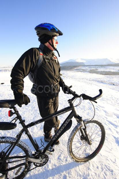 WINTER EXTREME CYCLIST
