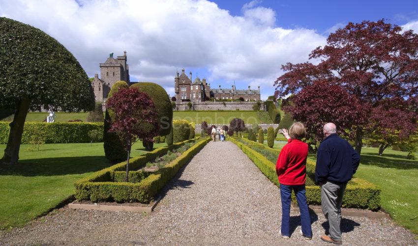 WY3Q0340 Tourist At Drummond Castle Garden