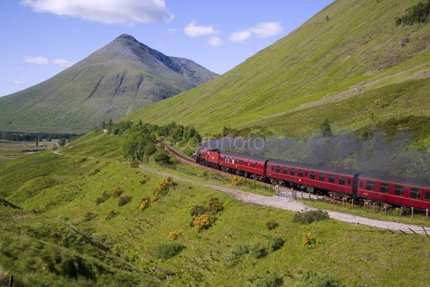 WY3Q0782 Hogwarts Express Steams Past Beinn Dorain Nr Tyndrum
