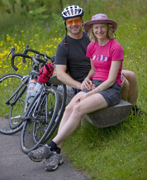 I5D8640 Cycling Couple
