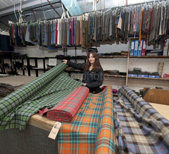 DSC 5347 Gwen Carrick At The Harris Tweed Factory Shawbost Lewis