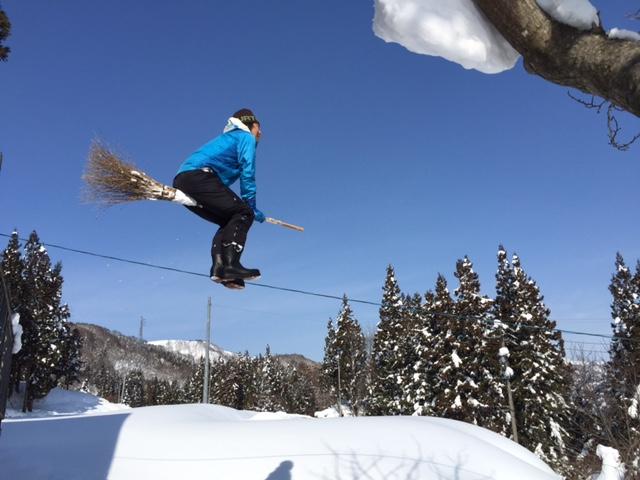 ほうきで雪を飛ぶ