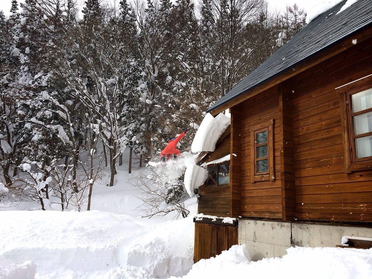 屋根雪と一緒にスノーボードで飛ぶ