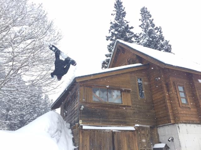 屋根の上からスノーボード