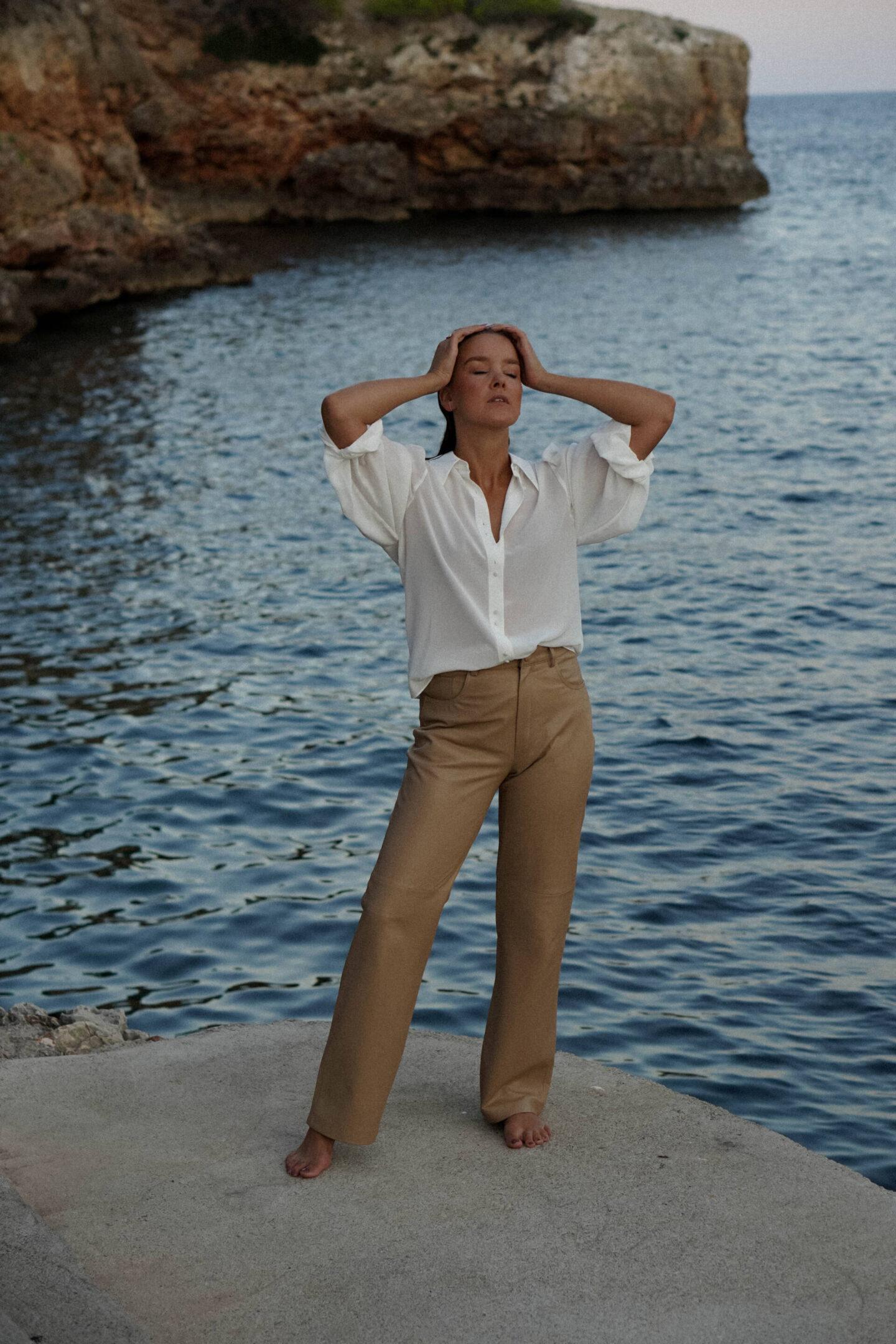styleappetite-spatsommer-auf-mallorca--beige-leder-pants