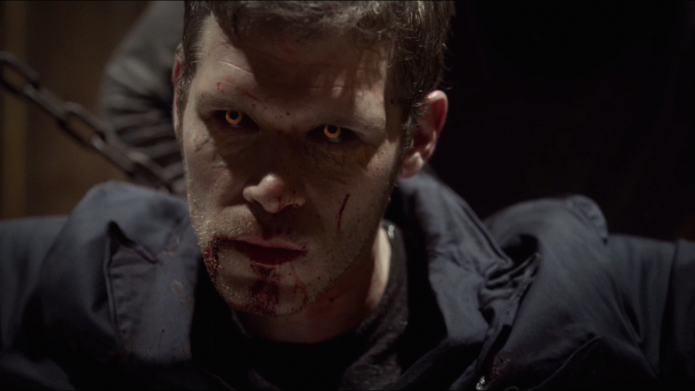 Klaus Mikaelson showing his hybrid eyes.