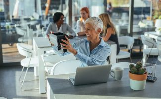Tech expert using VR and mac Laptop