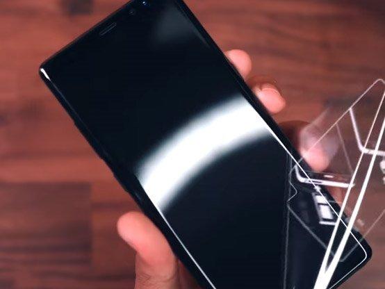 Samsung Galaxy Displej reklama. Narážka na Google Pixel 2