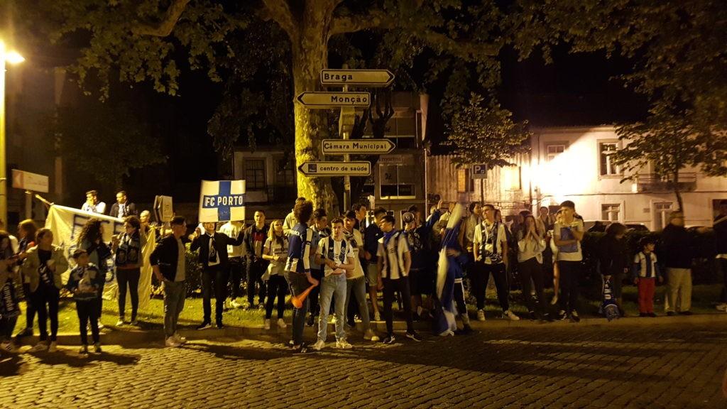 FESTA JUNTO À PRAÇA DE SANTO ANTÓNIO Portistas de Vila Verde festejam conquista do 28º título de campeão nacional do FC Porto