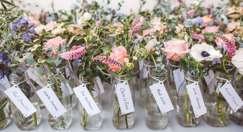 Cadeau pour les invités de votre mariage bohème : des fleurs séchées dans des fioles, super joli !