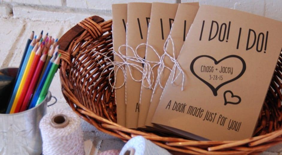Cadeau pour les enfants présents à votre mariage : un set de coloriage pour les occuper et leur faire plaisir.