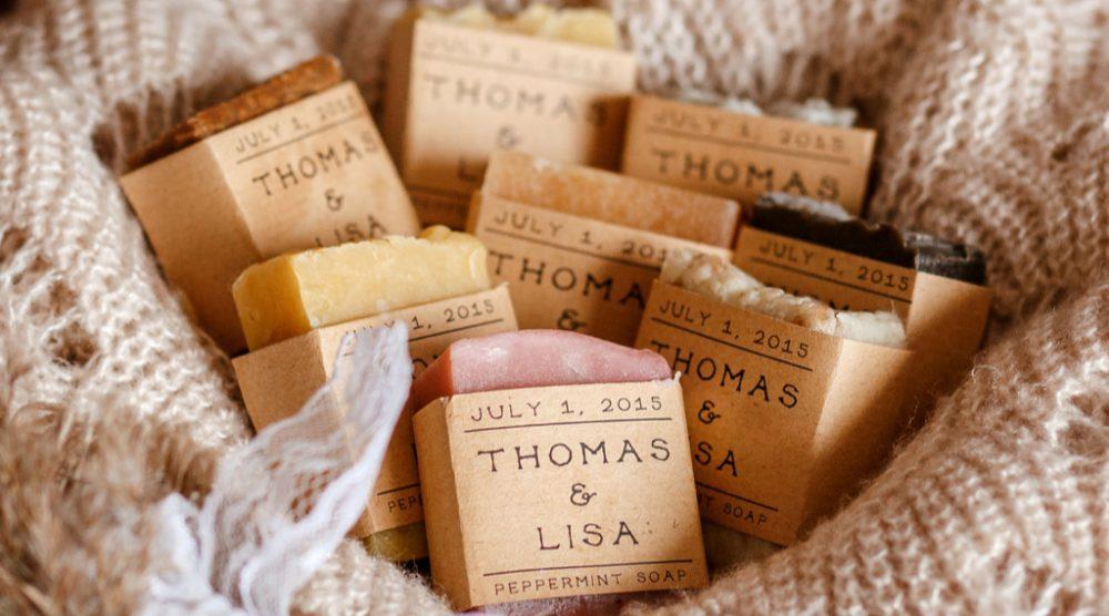 Un petit cadeau qui sent bon pour les invités de votre mariage : des savons DIY.