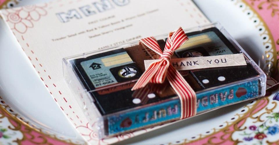Un cadeau original et personnalisé à offrir aux invités de votre mariage : une mixtape de votre mariage sur cassette !