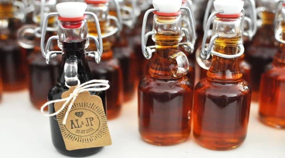 Un cadeau pour les hommes invités à votre mariage : des mignonettes de whisky.