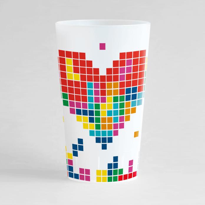 un ecocup givré de face personnalisé avec un thème mariage et des pixels et un gros cœur