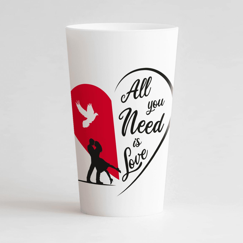 """Un ecocup blanc de face avec deux silhouettes qui s'enlacent devant un coeur rouge, une colombe et une inscription """"All you need is love""""."""
