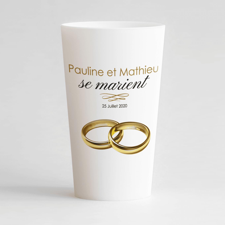 Un ecocup blanc de face avec un thème mariage et deux alliances posées l'une sur l'autre.