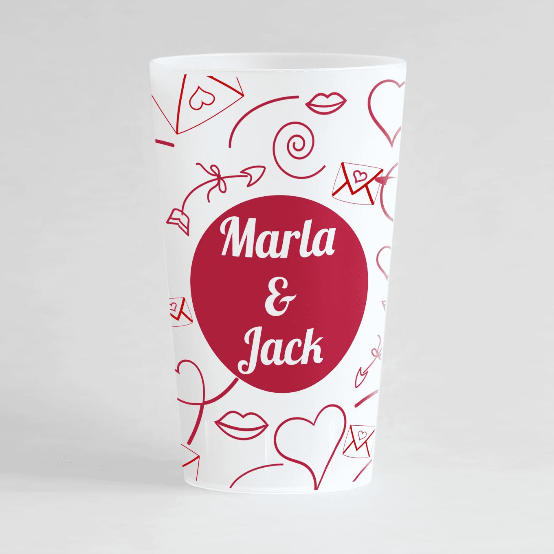 Un ecocup givre de face personnalisé avec un thème mariage avec des motifs lettre d'amour, cœurs et fléches