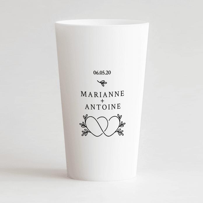 Un ecocup blanc de face personnalisé avec un thème mariage avec des cœurs entremêlés, les prénoms et la date du mariage