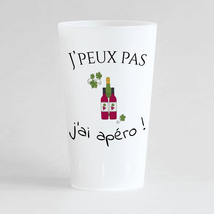 """Un ecocup givré de face avec une phrase humour """"j'peux pas j'ai apéro"""" et motif bouteilles de vin."""