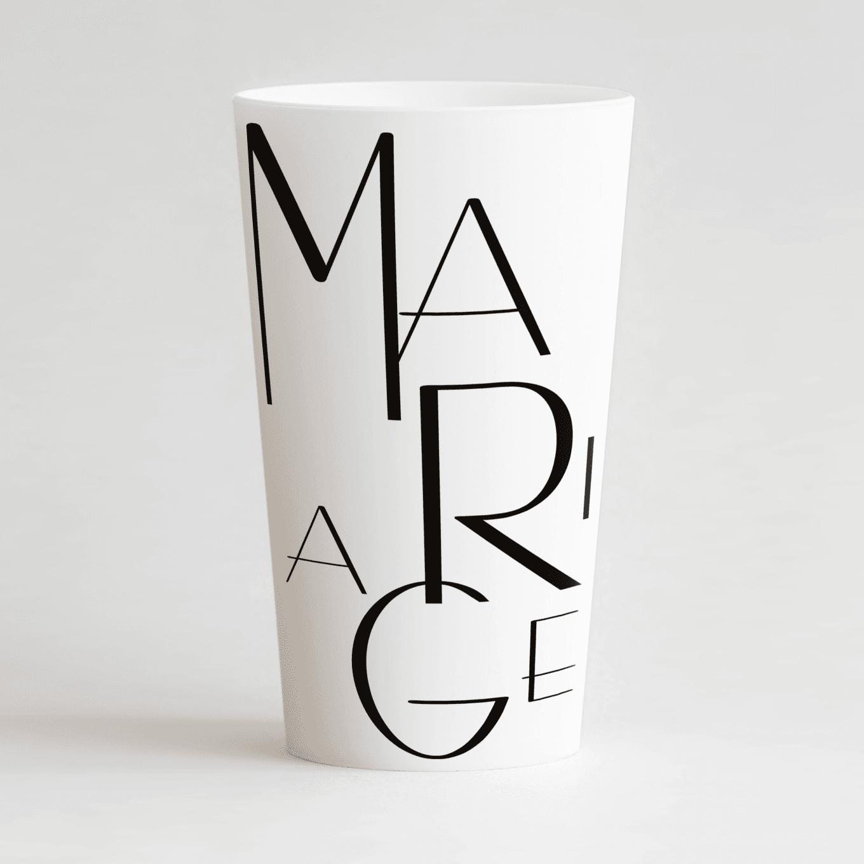un ecocup blanc de face personnalisé avec un thème mariage et de grandes lettres et des alliances