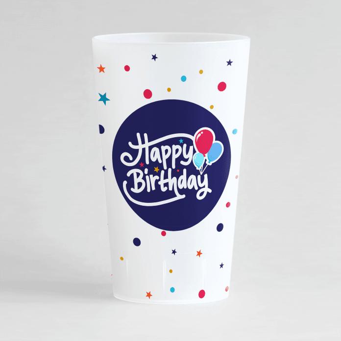 """Un ecocup givré de face pour un anniversaire avec une inscription """"happy birthday"""" et des confettis sur toute la surface."""