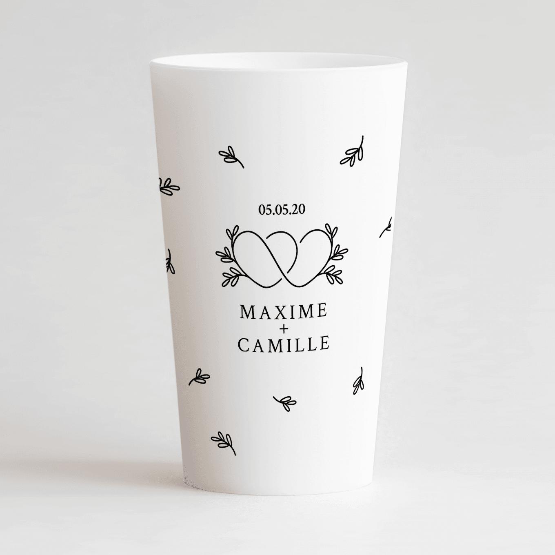 Un ecocup blanc de face personnalisé avec un thème mariage avec des coeurs croisés, des feuilles, les prénoms et la date du mariage