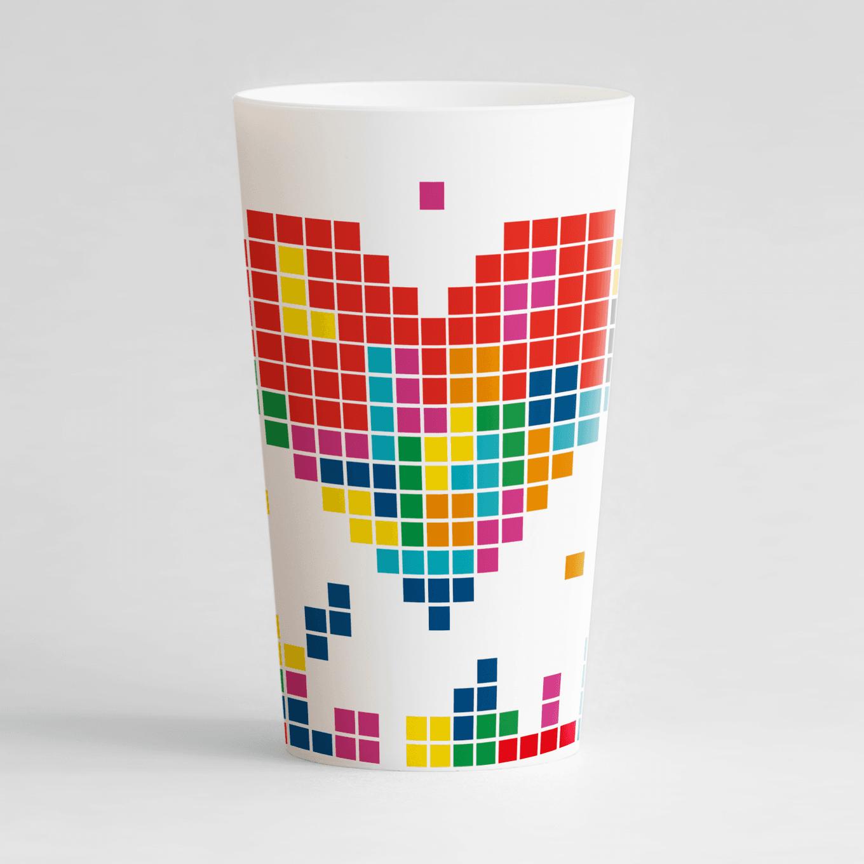 un ecocup blanc de face personnalisé avec un thème mariage et des pixels et un gros cœur