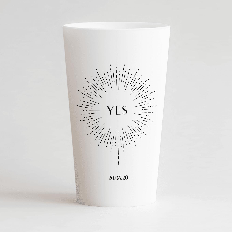 """Un ecocup blanc de face personnalisé sur un thème mariage avec un feu d'artifice, une inscription """"yes"""" et la date du mariage"""