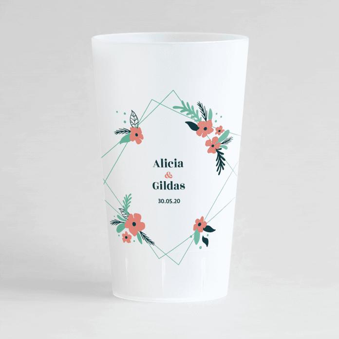 Un ecocup givré de face personnalisé sur un thème mariage avec un cadre fleuri rose autour des prénoms des mariés.