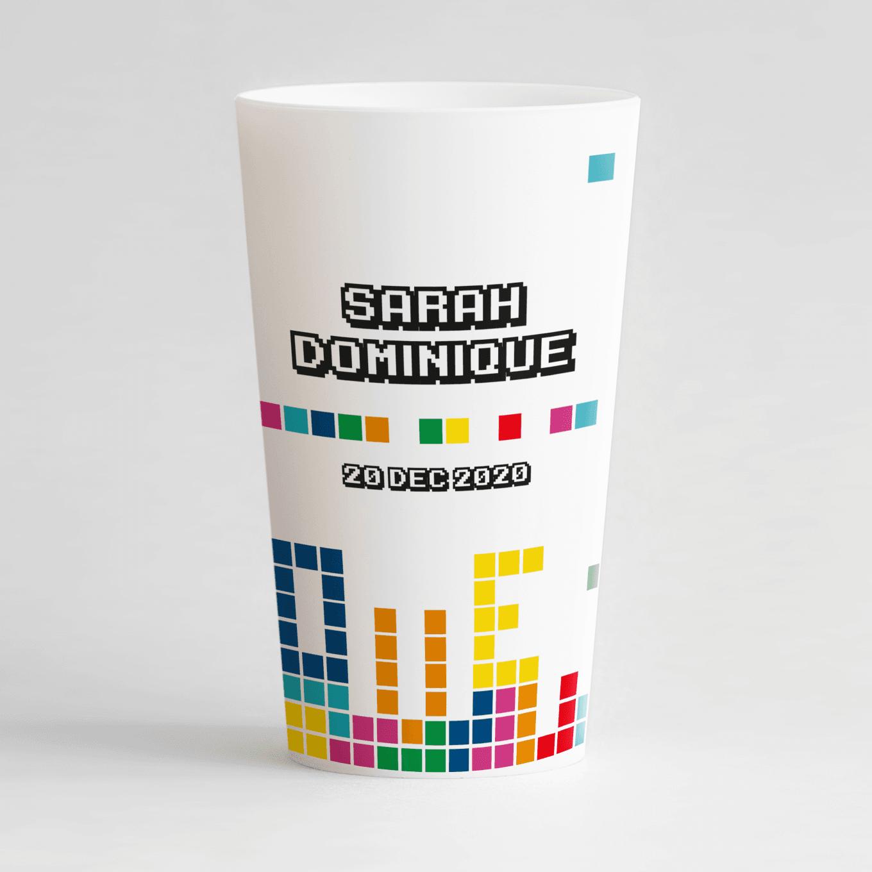 un ecocup blanc de dos personnalisé avec un thème mariage et des pixels et les prénoms des mariés